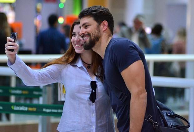 Cauã Reymond posando com fã (Foto: AgNews)