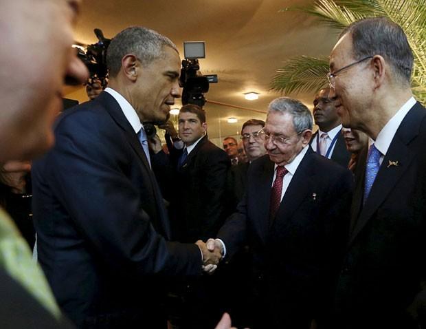 O presidentes Barack Obama e Raúl Castro dão aperto de mão em encontro na Cúpula das Américas, no Panamá (Foto: Reuters/Presidência do Panamá)
