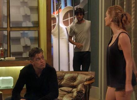 Jonatas não gosta de jeito que Arthur olha para Eliza