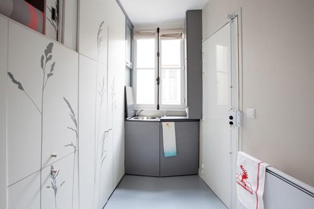 O minúsculo apartamento tem apenas 8 m² e para aproveitar todo o espaço disponível foi criado uma móvel que abriga a cama, os armários e esconde o banheiro (Foto: Reprodução/DesignBoom)