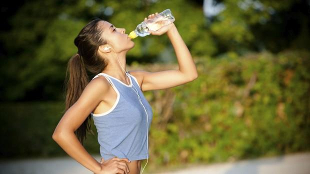 Corrida, running, atleta, isotnico, beber gua, exerccio ao ar livre (Foto: Getty Images)