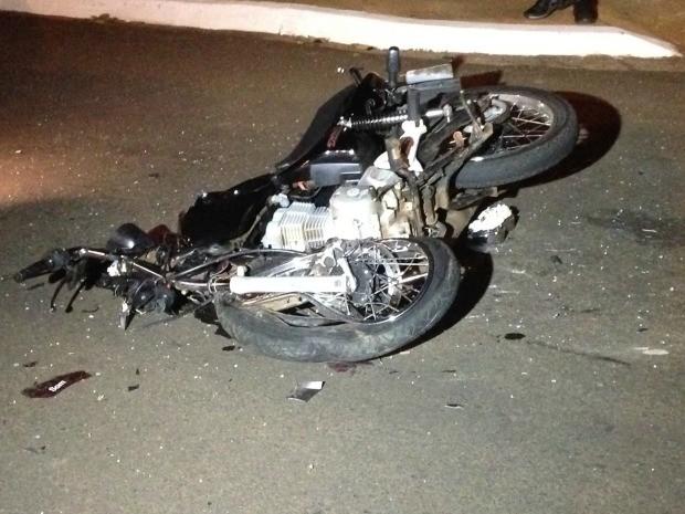 Motocicleta da vítima que morreu em acidente na rua Spipe Calarge em Campo Grande (Foto: Gustavo Arakaki/TV Morena)
