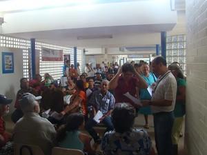 Dezenas de pessoas aguardam para fazer o exame (Foto: Assessoria/HU)