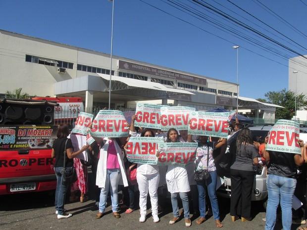 Servidores em greve realizam protesto e interditam rua em frente ao HUT (Foto: Gil Oliveira/ G1 PI)