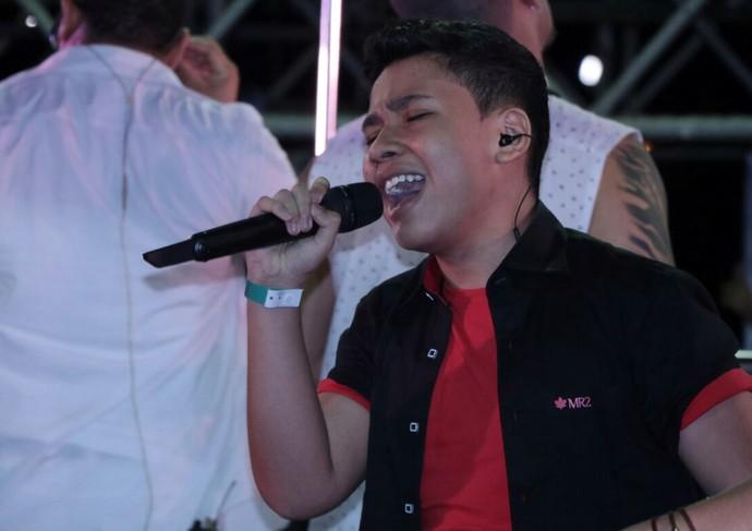 """Roberto Matheus ainda cantou """"Maus Bocados"""" no trio de Ivete. (Foto: Fred Pontes / Divulgação)"""