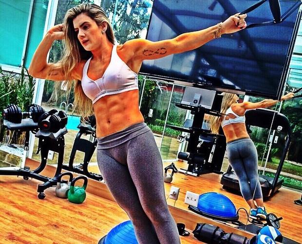Mirella Santos se exercita para manter a barriga supersarada (Foto: Arquivo Pessoal)