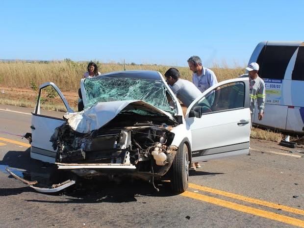 Carro bateu de frente com van, em rodovia do Tocantins (Foto: Gilberto Correia da Silva/Divulgação)