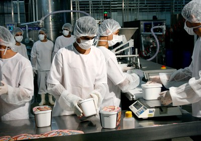 Processo de embalagem dos potes de sorvete na fábrica da Creme Mel (Foto: Divulgação)