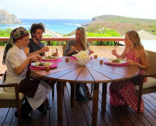 Diante de uma paisagem deslumbrante, Angélica e convidados saborearam o prato da chef Vivi Gonçalves  (Foto: Divulgação Ana Clara Marinho / TV Globo)
