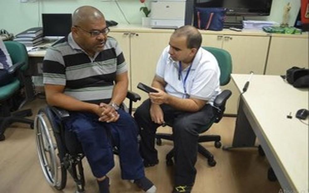 O jornalista Renato D'Ávila conversando com um cadeirante (Foto: Blog Novo Olhar)