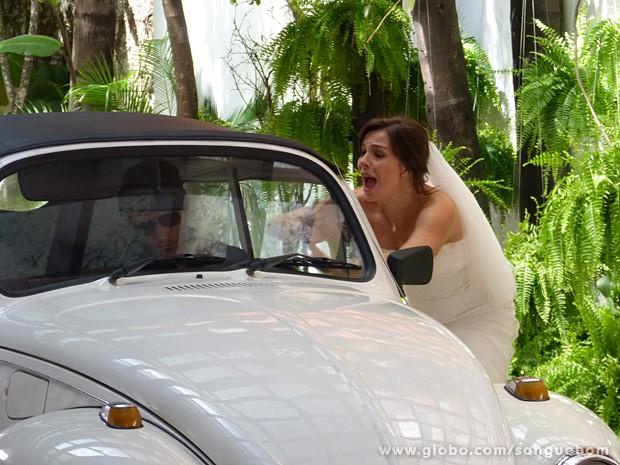 A noiva tenta pedir perdão, mas agora já era! (Foto: Sangue Bom/TV Globo)