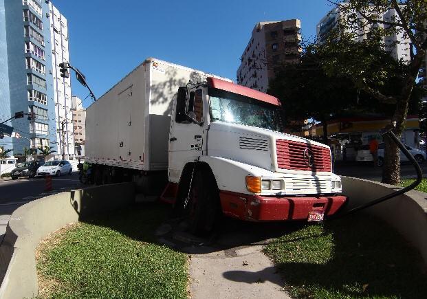 Caminhão atropelou a estátua na manhã deste sábado (Foto: Nirley Sena/A Tribuna)