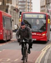 O prefeito de Londres, Boris Johnson, e sua bicicleta (Foto: Getty Images)