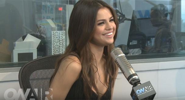 Momento fofo: Selena Gomez ri timidamente ao chamar o cantor de Abel em vez de The Weeknd (Foto: Reprodução Youtube)