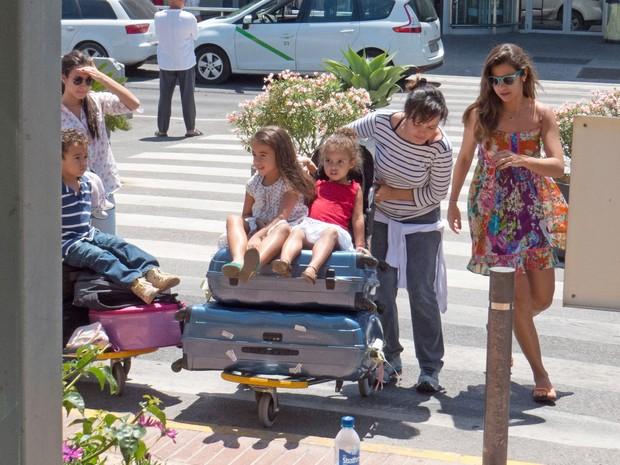 Paula Morais, namorada de Ronaldo Fenômeno, com a família do ex-jogador em Ibiza (Foto: Grosby Group/ Agência)