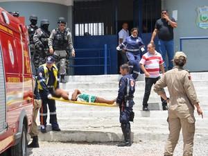 Detentos feridos durante rebelião no presídio do Roger são socorridos na Paraíba (Foto: Walter Paparazzo/G1)