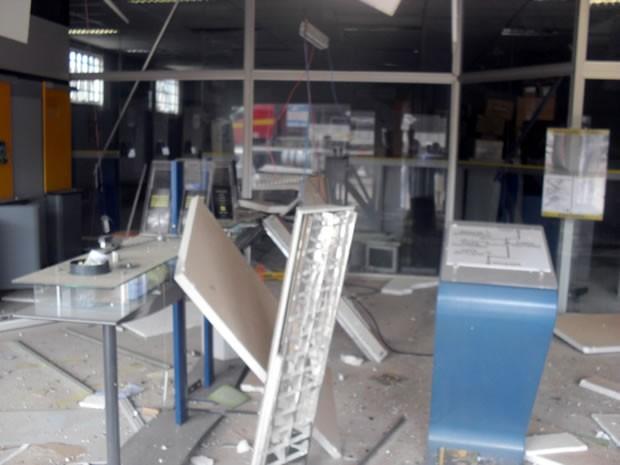 Agência ficou totalmente destruída após a ação dos criminosos (Foto: Tássio Oliveira do Nascimento)