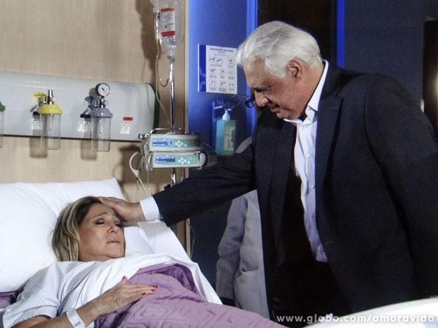 César atende Pilar (Foto: Amor à Vida/TV Globo)