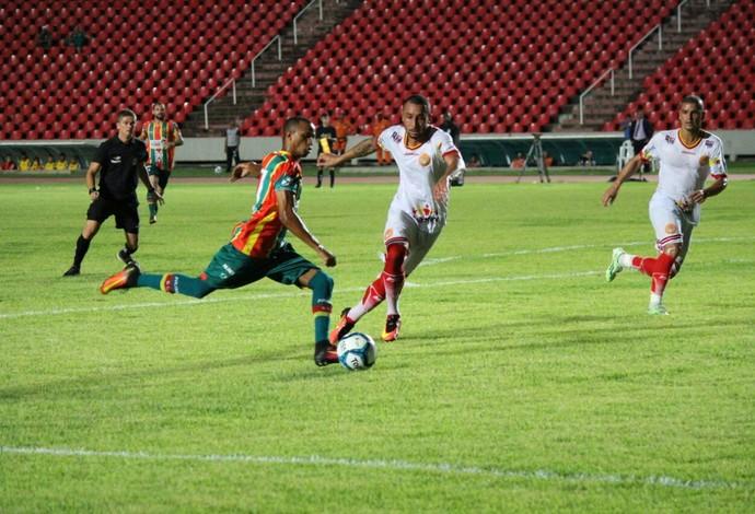 Sampaio e Juazeirense jogaram na noite deste domingo, no Castelão (Foto:  Lucas Almeida/Divulgação)