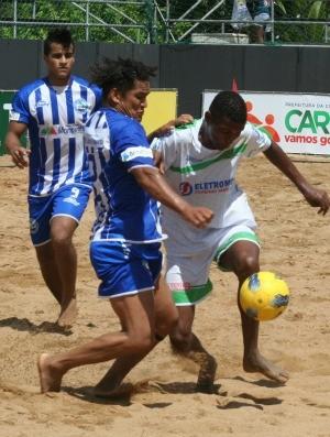 Petta (Viana) divide bola com Mamal (Azul-Montanha) (Foto: Divulgação/Pauta Livre)
