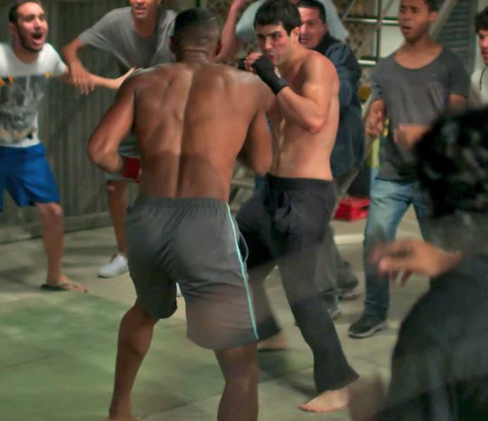 Rômulo vê na luta clandestina sua única forma de pagar o que deve (Foto: TV Globo)