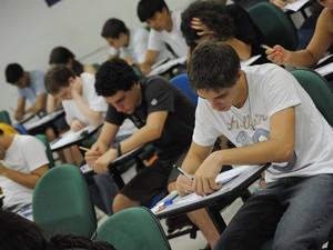 Candidatos fazem prova da segunda fase da Fuvest em sala de aula da UMC Campus Villa Lobos (Foto: Flavio Moraes/G1)