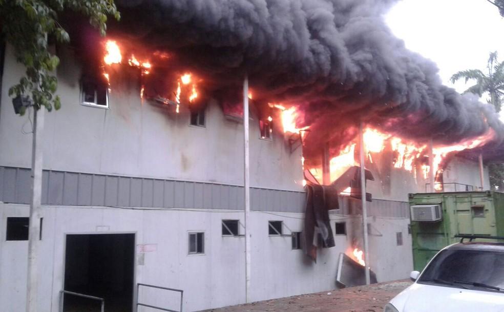 Incêndio atinge base de UPP na Penha  (Foto: Enviado por WhatsApp)