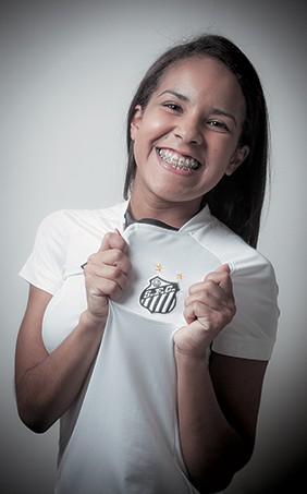 FANÁTICA A estudante Marta Nunes, de 20 anos, faz parte de uma torcida organizada do Santos. Desde agosto, ela viu 16 jogos no estádio (Foto: Rogério Cassimiro/ÉPOCA)
