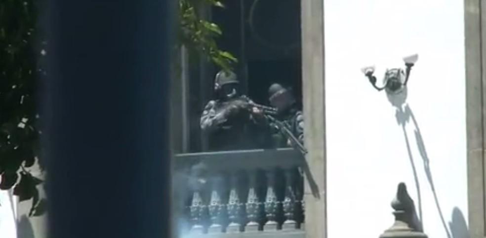 Policiais atiram balas de borracha nos manifestantes das janelas da Igreja São José (Foto: Reprodução/ TV Globo)