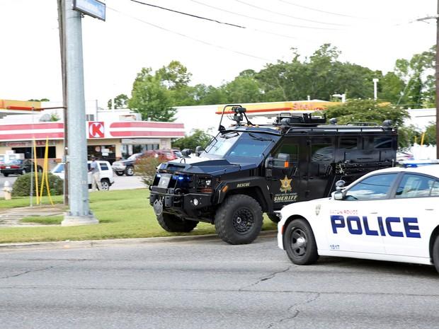 Policiais bloquearam rua em Baton Rouge, na Louisiana, após tiroteio (Foto: Joe Penney/ Reuters)