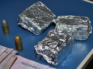 Cerca de 200g de maconha e munições foram encontradas na residência (Foto: kairo Amaral/PortalCostaNorte)