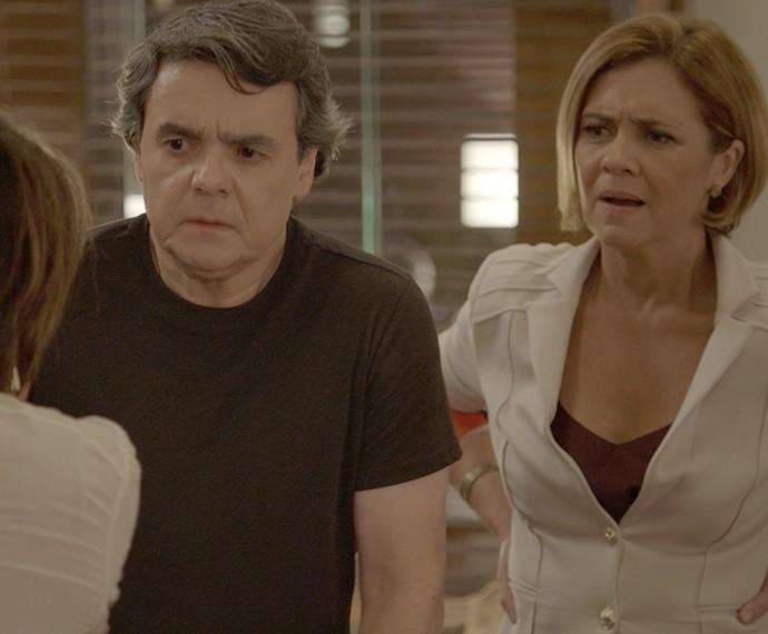 Inês fica curiosa (Foto: TV Globo)