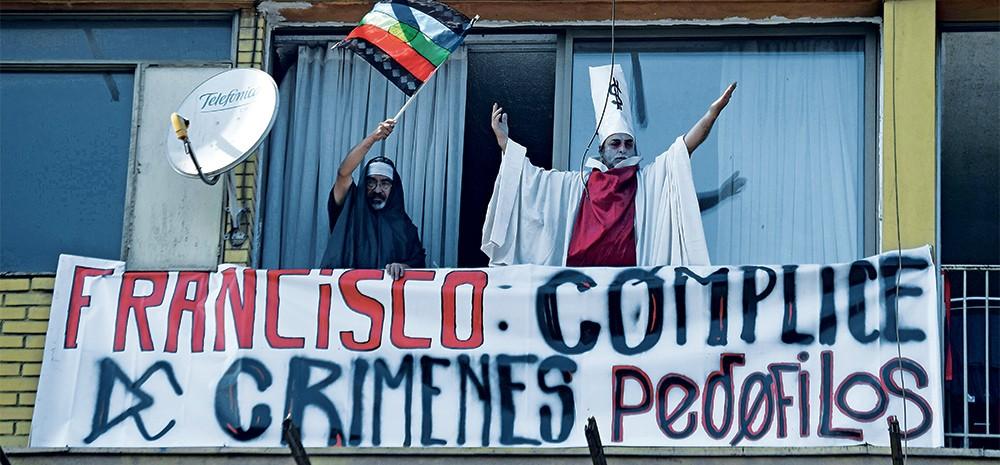 REVOLTA Manifestantes dizem que o pedido de desculpas do papa não foi suficiente diante dos crimes do clero (Foto: Eitan Abramovich/Afp)