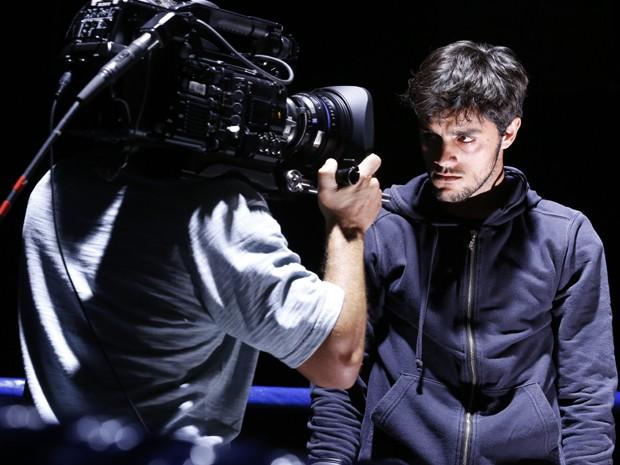 Felipe Simas é pura concentração nas gravações (Foto: Ellen Soares / Gshow)