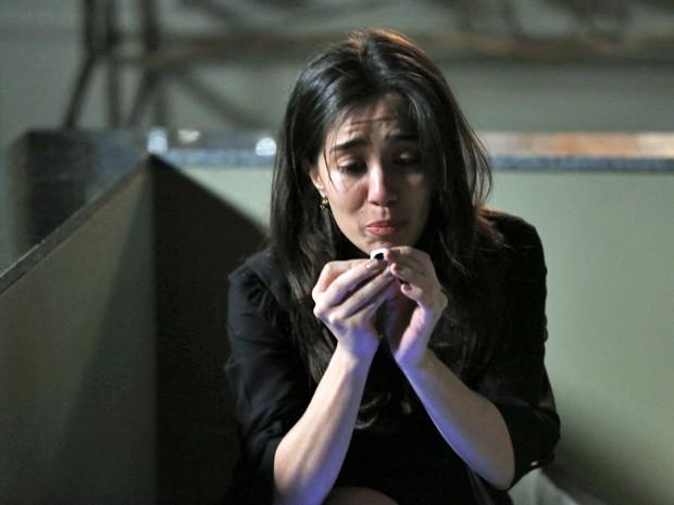 Cora acha anel dentro do túmulo (Foto: Felipe Monteiro/ Gshow)