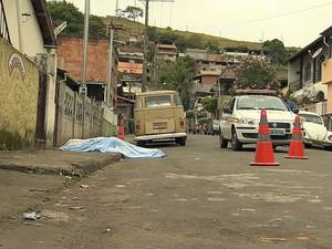 Mulher morta a facada dentro de casa em Juiz de Fora (Foto: Reprodução/TV Integração)