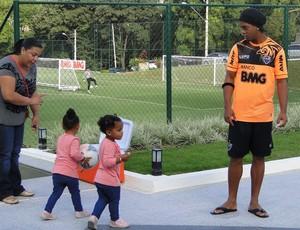 Ronaldinho e as afilhadas no ct do Atlético-MG (Foto: Léo Simonini)