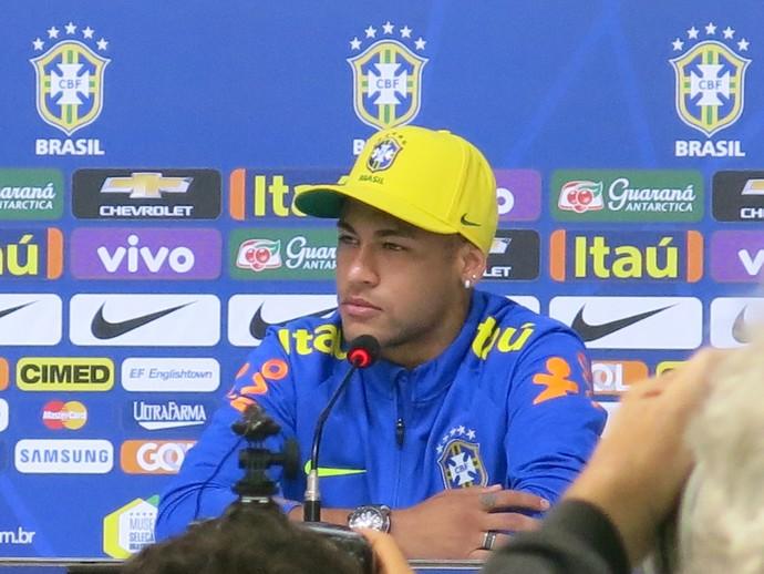 Neymar demonstrou incômodo com pergunta e disse que a vida fora de campo não interessa (Foto: Raphael Zarko)