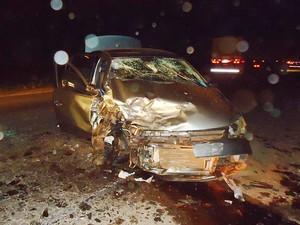 Mulher estava sem cinto de segurança e morreu no local. (Foto: PRF)