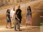 Flávia Alessandra passeia com as filhas em shopping no Rio