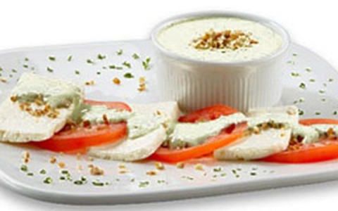 Salada caprese: anote a receita que leva toque de cream cheese