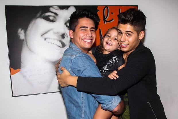 Maria Sophia com os tios Matheus e Zé Felipe (Foto: Manuela Scarpa/Photo Rio News)