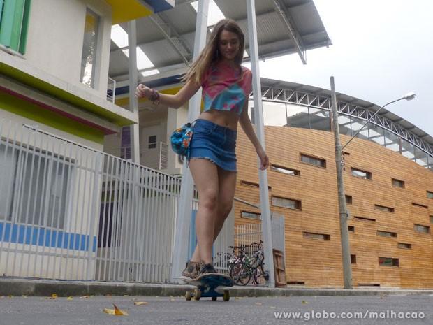 """Juliana Paiva '""""brincando"""" com skate na frente do Quadrante (Foto: Malhação / Tv Globo)"""