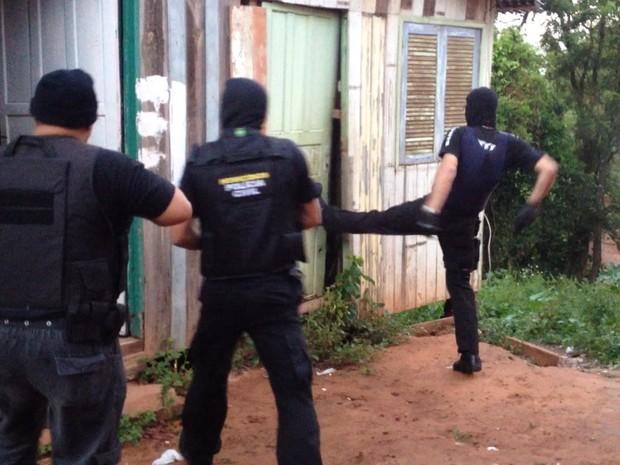 Policiais cumprem mandados de busca e prisão em Sapucaia do Sul (Foto: Fábio Almeida/RBS TV)