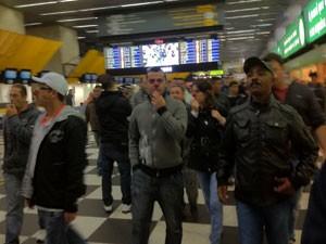 Funcionários da Infraero usam nariz de palhaço durante paralisação (Foto: Letícia Macedo/G1)