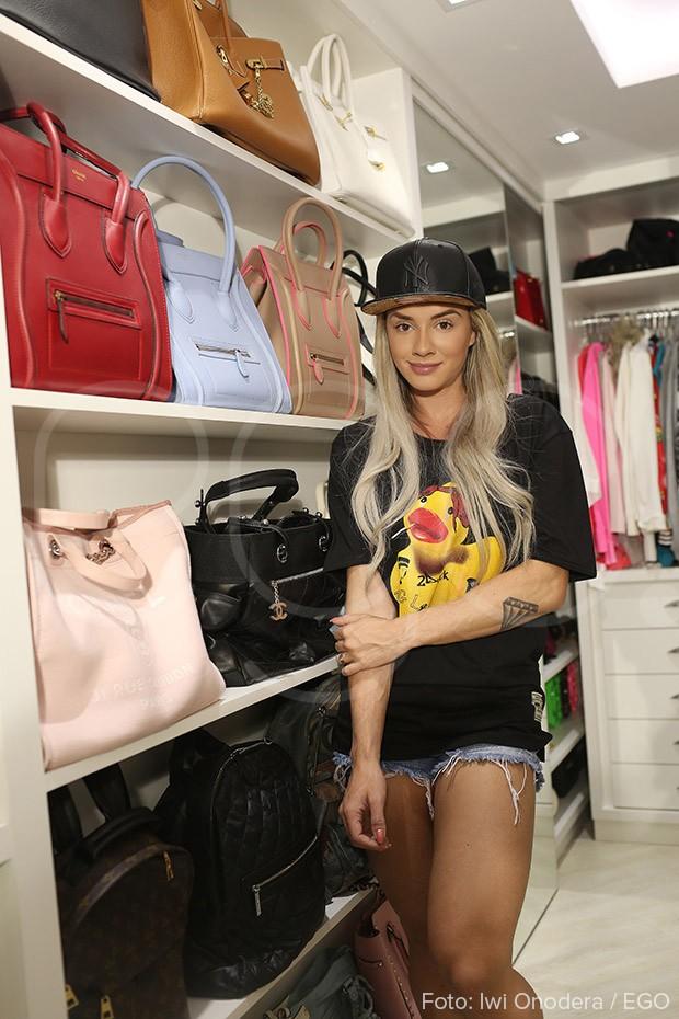 Juju tem coleção de bolsas de marca (Foto: Iwi Onodera/EGO)