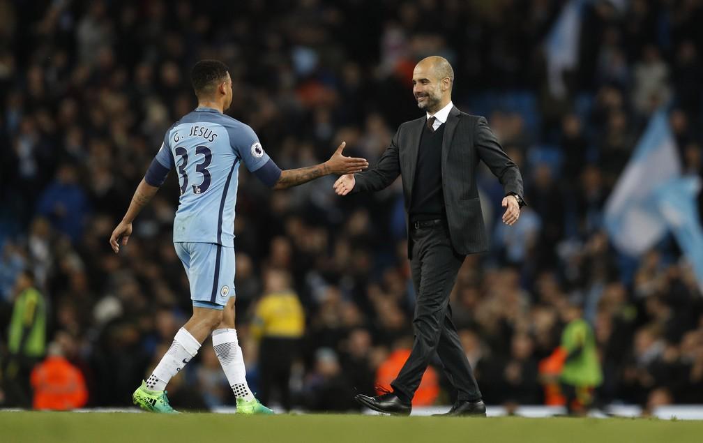 Guardiola cumprimenta Gabriel Jesus após o empate com o United: