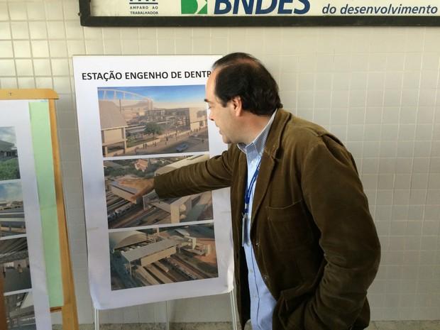 Secretário mostra como estações vão ficar após reformas (Foto: Fernanda Rouvenat / G1)
