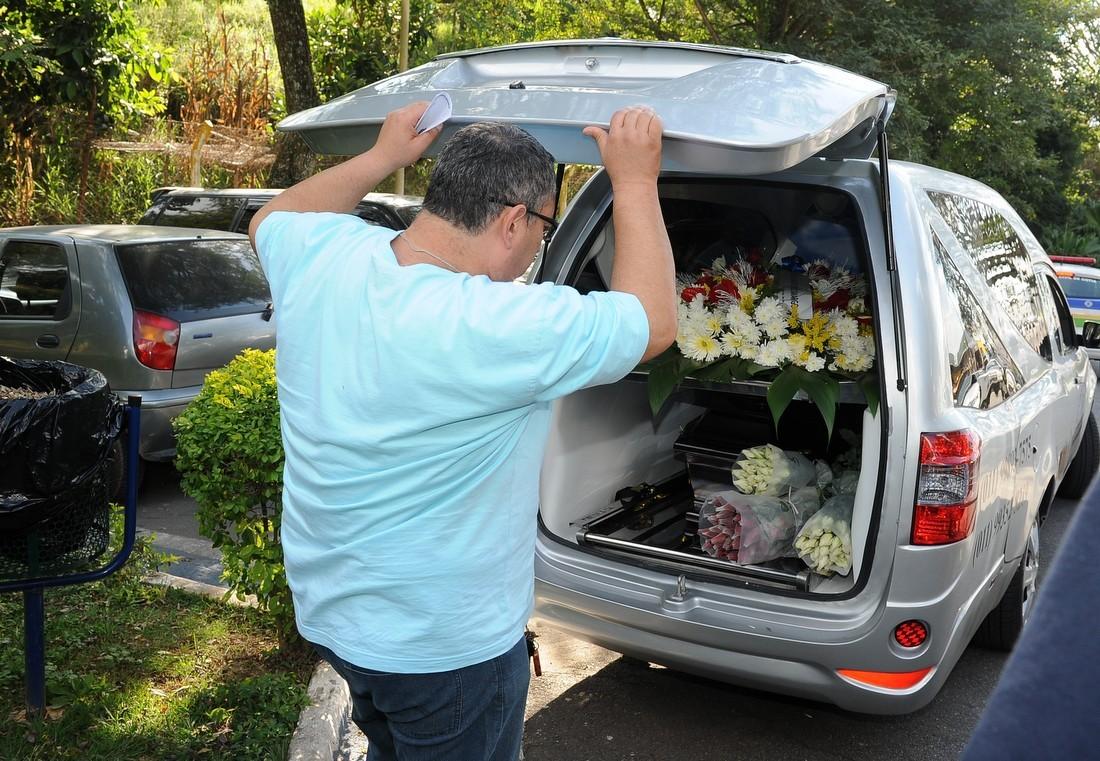 Corpo de Jair Rodrigues deixa o IML (Foto:  Francisco Cepeda/AgNews)
