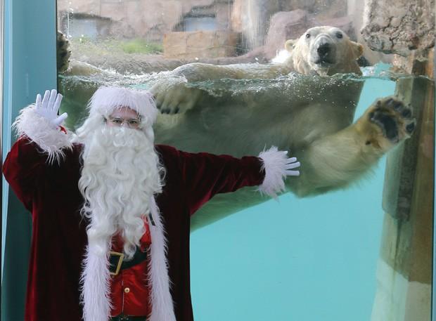 O simpático 'Raspoutine' acena junto com o Papai Noel em Antibes, região sul da França (Foto: Lionel Cironneau/AP)
